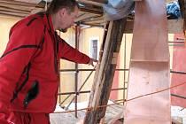 Práce na opravě věže jičínského kostela sv. Ignáce.