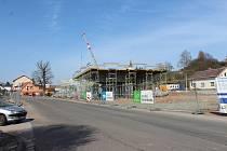 Stavba autobusového terminálu v Nové Pace zatím pokračuje, hotovo má být na podzim příštího roku.