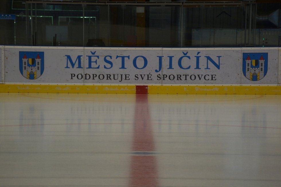 Oslavu 90 let hokeje v Jičíně a 10 let provozu zimního stadionu provázela zábava, soutěže i bruslení na čerstvém ledu.