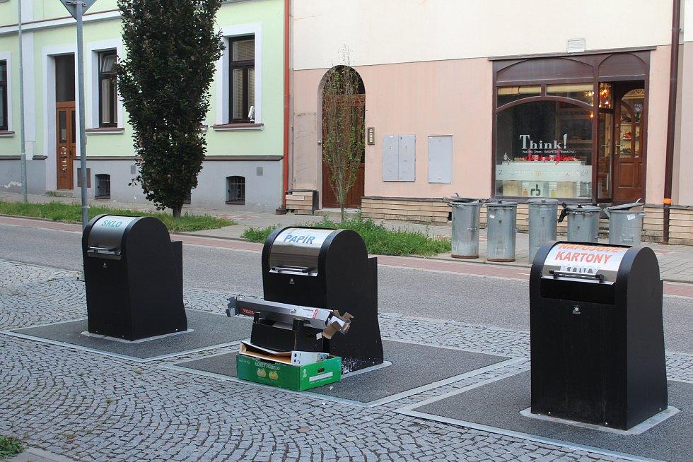 Hnízdo podzemních kontejnerů v Tyršově ulici.