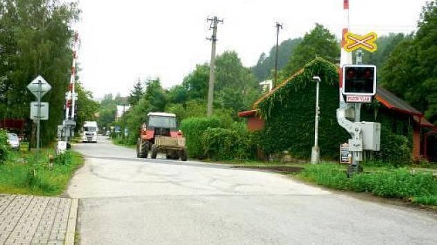 Silnice u zastávky v Bělovsi je jednosměrná.