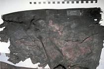 Zbytky oblečení neznámé mrtvé osoby, která byla nalezena u obce Budčeves.