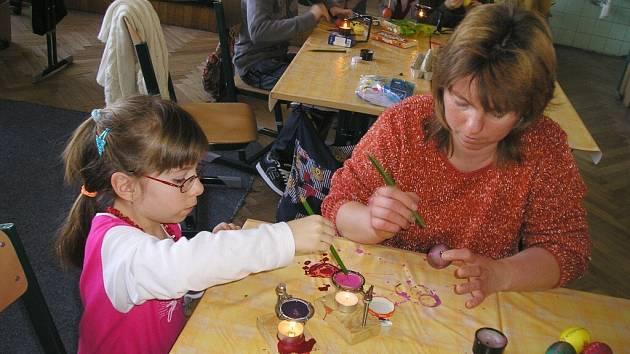 Paní Vaníčková a Eliška Francová malují vajíčka.