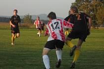 TAKÉ V KACÁKOVĚ LHOTĚ se hraje. Domácí hřiště tam má spojený celek s SK Hošek Robousy B, účastník okresní soutěže.