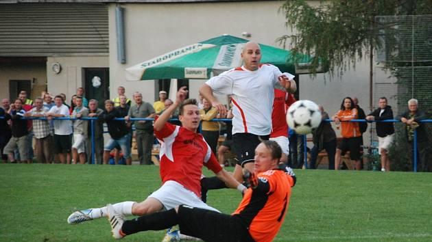 DESET MINUT před koncem vstřelil sobotecký hráč  Zdeněk  Rulc (v tmavém) vítěznou branku svého týmu.