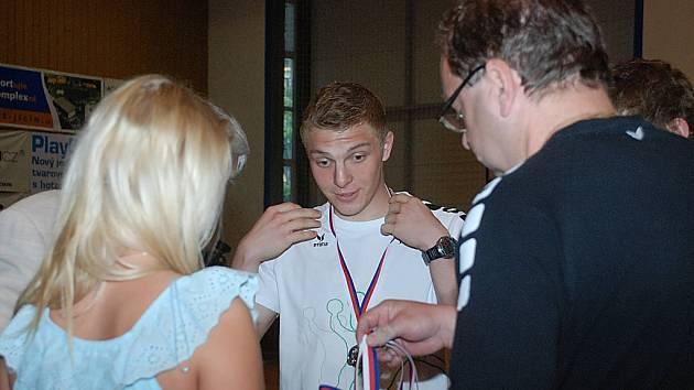 MEZI PRVNÍMI převzal stříbrnou medaili za druhé místo v 1. lize starších dorostenců brankář David Machalický. Také on se podílel na skvělých výsledcích jičínského družstva.