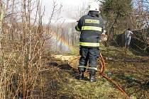 Hasiči zasahovali u požáru trávy v Hořicích.