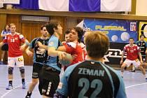 Vocásek už v Kopřivnici  hrál (uprostřed), přihlíží Bareš, vpravo Zeman (22), autor pěti branek. Foto: Deník/Dalibor Tobora