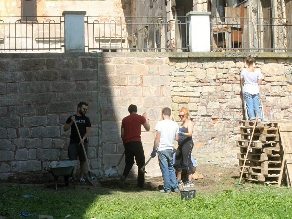 Práce dobrovolníků pomáhá Valdštejnské lodžii.