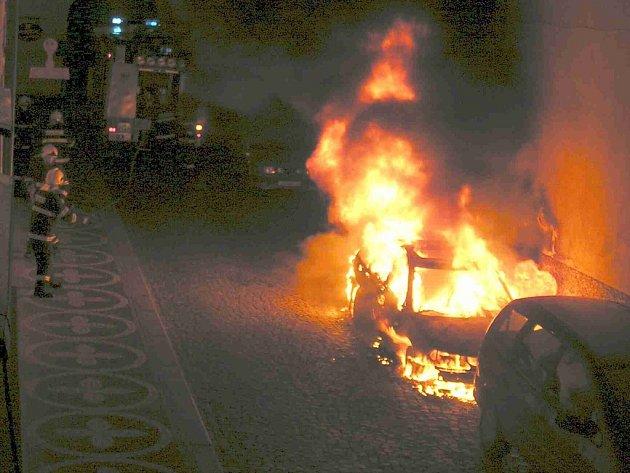 V sobotu v půl páté ráno vzplálo auto v ulici Fortna.