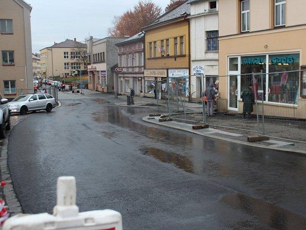 Oprava Komenského ulice má měsíční zpoždění. V pátek byla konečně zprůjezdněna v celé délce.