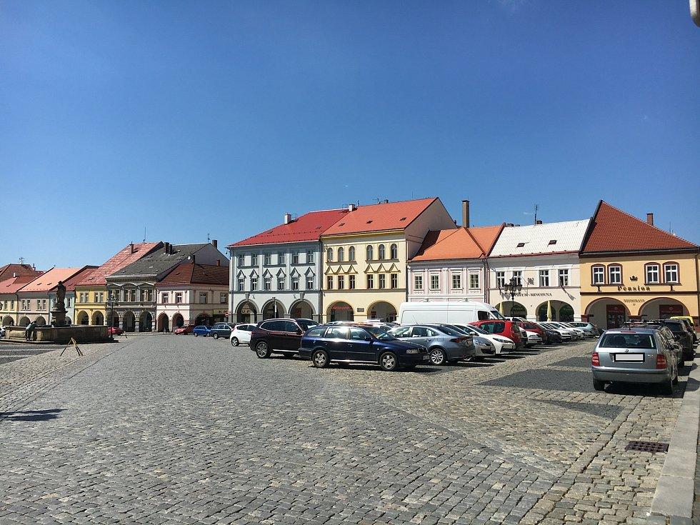Valdštejnovo náměstí je nejvytíženějším parkovištěm v centru města. Hlavně v dopravní špičce je téměř nemožné zde sehnat místo.