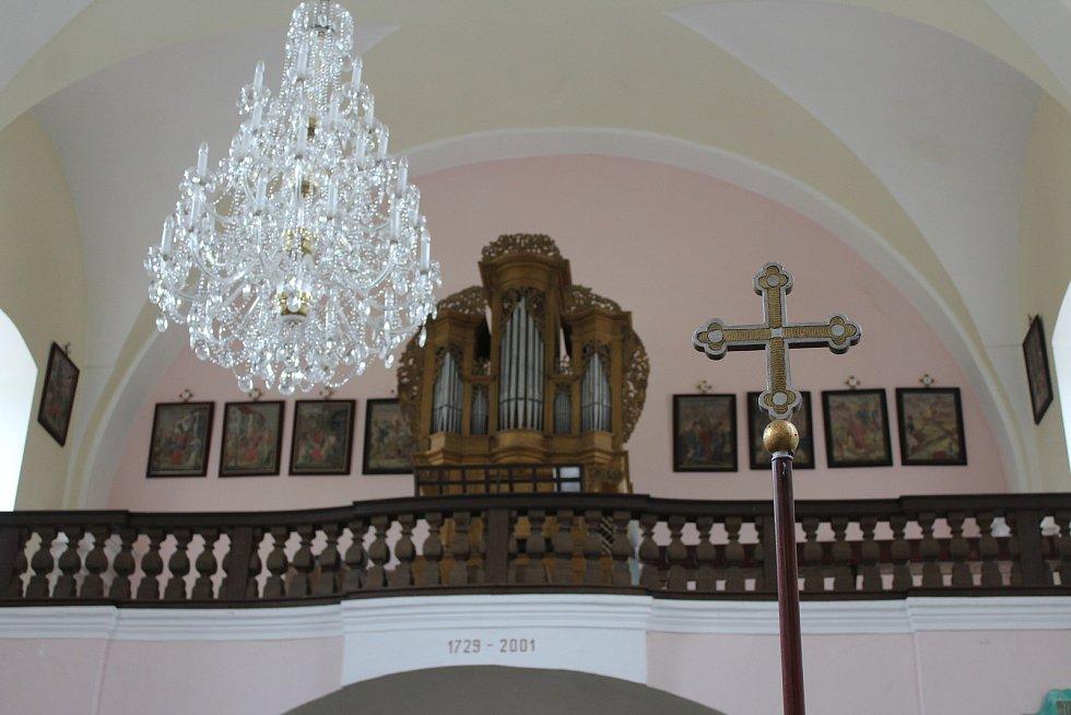 Kostel se může pyšnit také zachovalými poutními kříži a vzácnými varhany od Ambrože Stanislava Tauchmanna.