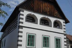 Výtečně obnovený dům čp. 117 z r. 1738  se zděným přízemím a roubeným patrem s dvoupásovou lomenicí pod kabřincem, kde v patře jsou v hlavním i bočním průčelí unikátní předsunuté zděné arkády.