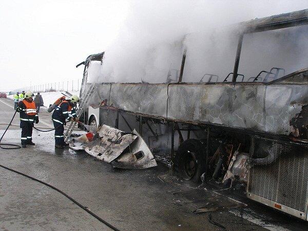 U Chlumce hořel autobus.