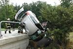 Po nehodě u Červené Třemešné zůstal automobil viset z mostku.
