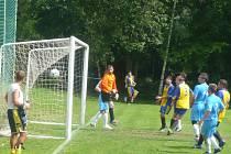 Pěkný gól vstřelil domácí fotbalista Josef Štolovský do sítě Nemyčevsi.