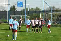 V ROBOUSÍCH SE BODY DĚLILY. Na hřišti třetího celku tabulky nastoupil Sokol Železnice, zápas skončil 1:1. Snímek zachytil přípravu domácích k zahrávání trestného kopu.