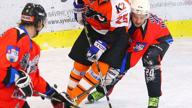 JIŘÍ ŠEBEK z týmu HC Čeští Letci v souboji s Janem Ullmannem ze Sokolu Těpeře. Letci doplatili na  gólovou smršť soupeře ve druhé třetině a prohrávají v sérii 0:1 na zápasy.