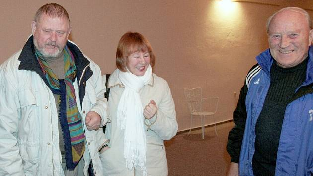 Alexandr Milovzorov s chotí, vpravo majitel vokšické galerie JB Spektrum Josef Bucek.