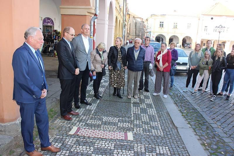 Odhalení Kamenů zmizelých za členy rodiny Goliathových se zúčastnili zástupci města, donátor Martin Kryl i přímí příbuzní rodiny.