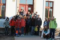 Žáci před novou robouskou školou.