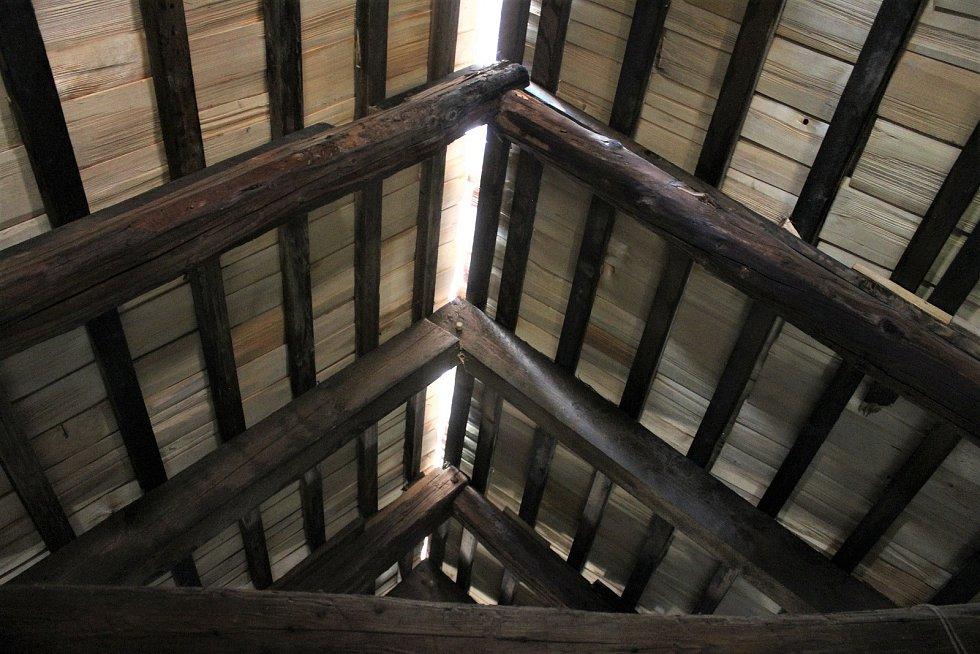 Šindelová střecha musí mít ve hřbetu škvíru na větrání.