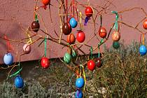 Velikonoční výzdoba v různých obcích JIčínska.