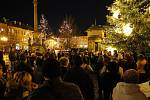 Ve středu večer se v devíti městech a obcích Jičínska rozezněly koledy. Téměř stovka lidí si našla cestu na krásně osvětlené jičínské náměstí. Adventní atmosféra zavládla také na náměstí v Nové Pace.