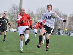Petr Kazda (vlevo) bojuje o míč se soupeřem.