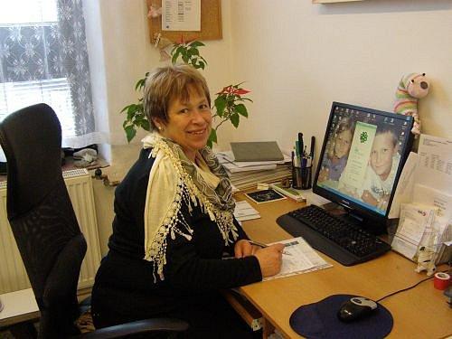 Dana Michlová na svém pracovišti v Městské knihovně V. Čtvrtka v Jičíně.