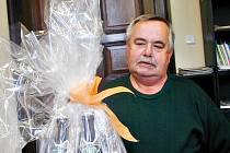 Vítězové kola se mohou těšit i na dárkový balíček královédvorského pivovaru. Jaroslav Patřín starší z Lužan zajímavou cenu převzal pro syna, který pobýval v zahraničí a uspěl v druhém kole.