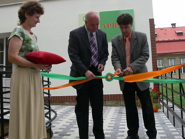 Přestřižením pásky, kterého se zhostil starosta Martin Puš a předseda občanského sdružení Apropo Miroslav Kazda, byl oficiálně zahájen provoz denního stacionáře v ZŠ Soudná.