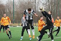 Hořický brankář Žižka likviduje jeden z útoků jičínského mužstva.
