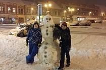 Sněhulák na hořickém náměstí. Autory jsou David Gazdík a Robert Gál.