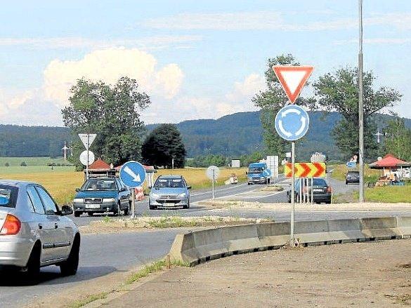 OPRAVA úlibického uzlu, který je podle silničářů nejhorší křižovatkou ve východních Čechách, má být zahájena 21. srpna. Správní úřad ale zatím nevydal ke stavbě povolení.