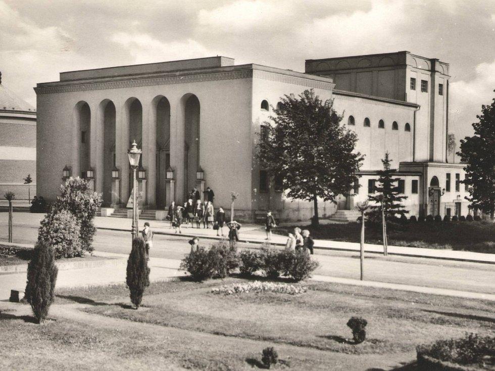 Budova jičínského biografu v roce 1945.
