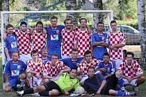 Finalisté turnaje v Lukavci na společném snímku, týmy domácích mladíků a stará garda.