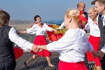 Tanečníci z Lukavce u Hořic zatančili Českou besedu na nejvyšší hoře republiky.