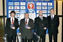 Miloš Vejvoda (druhý zleva) na Galavečeru krajského fotbalu.