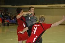 MICHAL BABÁK (11), vstřelil Náchodu sedm gólů, v souboji s Bohdanem Cvejnem.