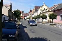 Bělohradská Lázeňská ulice, ze které by díky obchvatu měla být vytěsněna doprava z centra.
