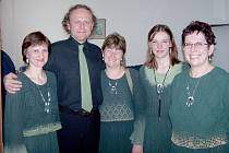 Flétnistky bělohradského souboru Pifferaios s hercem Jaroslavem Duškem.