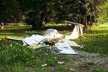 Nehoda ultralehkého letadla ve Vokšicích u Jičína. K havárii, kterou nepřežili dva muži, došlo v pondělí 9. června.