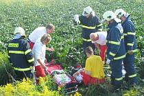 Záchranáři nad vážně zraněným motocyklistou.