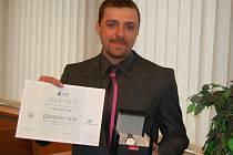 Petr Andrle s certifikátem Gentlemana silnic a značkovými hodinkami od České pojišťovny.