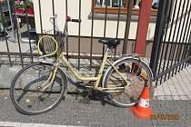 Nákladní auto srazilo cyklistku, žena skončila v nemocnici.