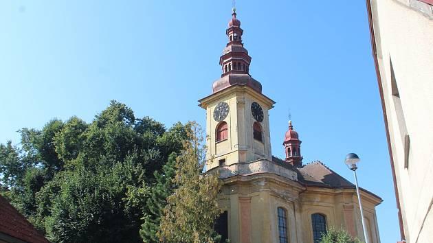 Vzhled kostela a přilehlé fary trápí vedení města i místní. Nyní svitla naděje, církev plánuje začít s opravami od střechy.