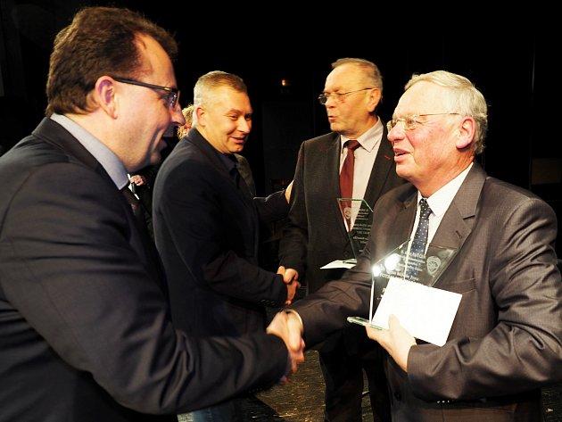 Starosta Jičína Malý (vpravo) je i Fotbalovým starostou roku