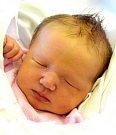 KATEŘINA VRABCOVÁ se usmívá na svoje rodiče Kateřinu a Josefa Vrabcovy od 1. ledna, kdy se narodila s porodní mírou 48 cm  a váhou 3,08 kg. Doma v Hořicích se na sestřičku těší patnáctiletý Šimon a jedenáctiletý Matyáš.